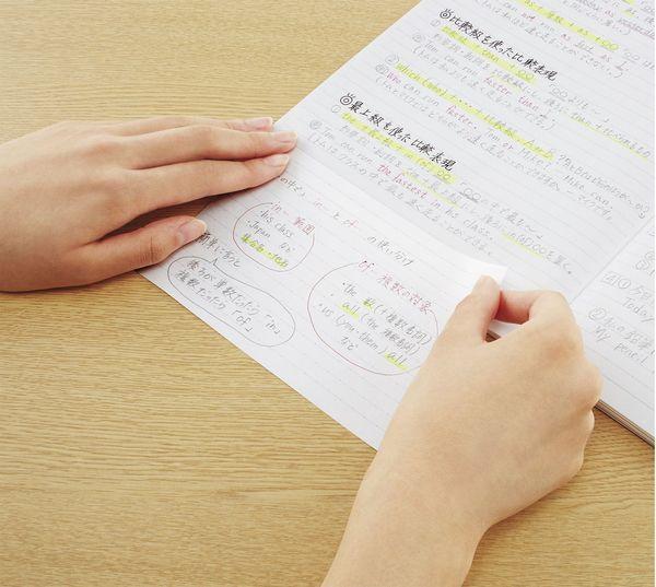 写真:のり付きなのでノートに簡単につけたせる